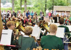 Mit einem musikalischen Programm für eine neue Orgel unterhielten die Burgmusikanten die Besucher im Tiergarten.